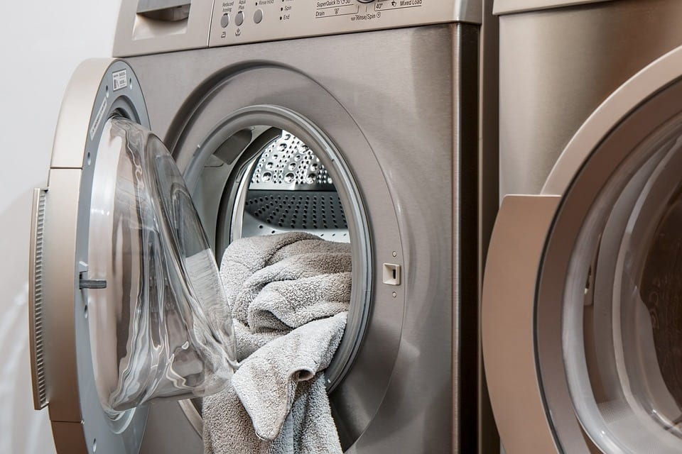 Washing Clothes with Baking Soda vs. Tide